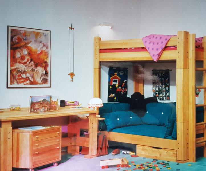 Etagenbett mit Schreibtisch und Rollcontainer