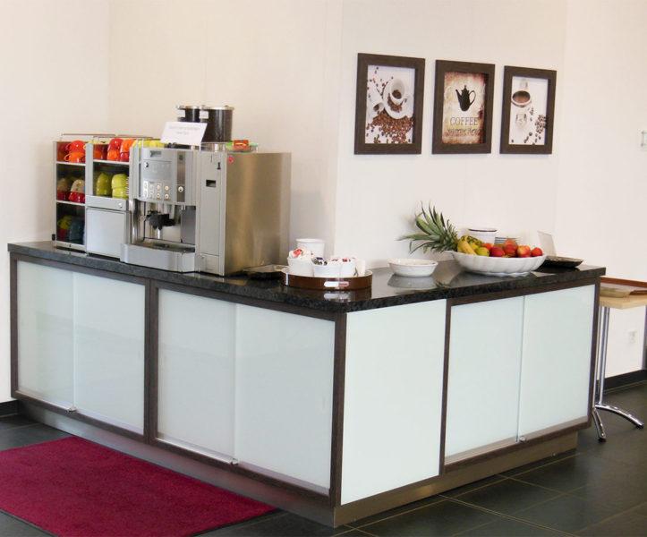 Kaffeetheke mit Glastüren