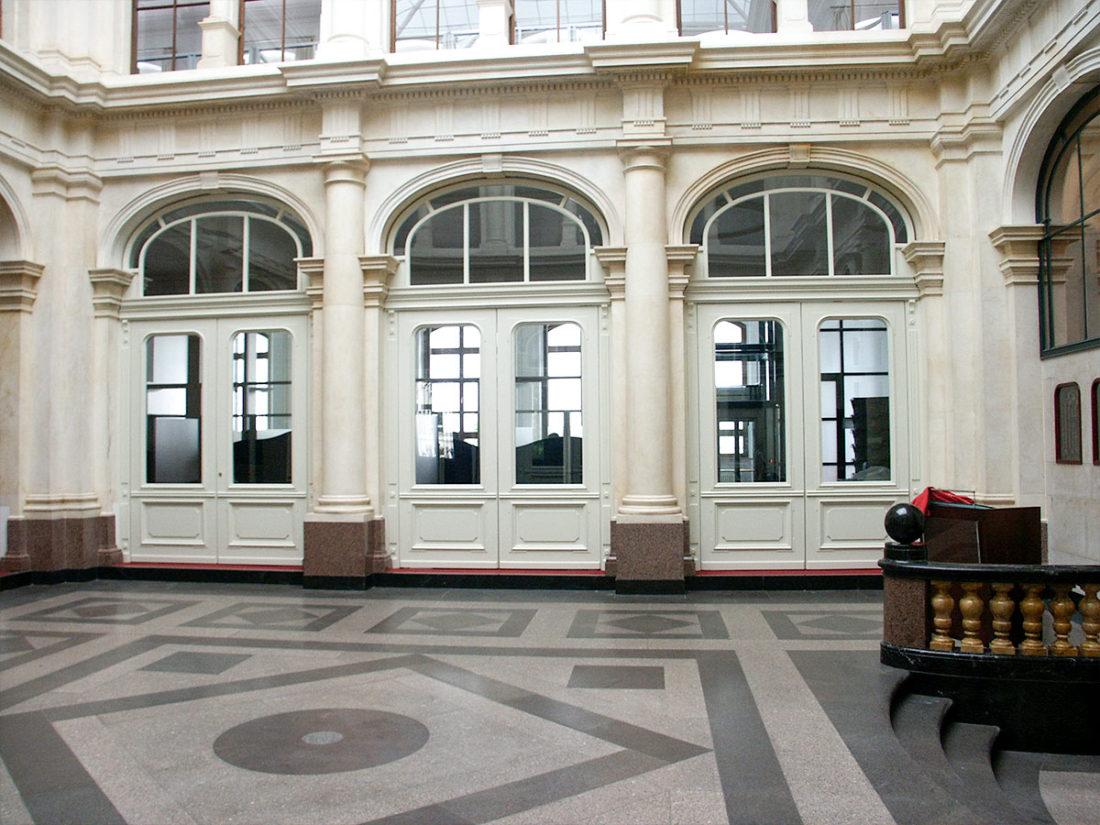 Stiltüren in einem historischen Verwaltungsgebäude, deckend lackiert