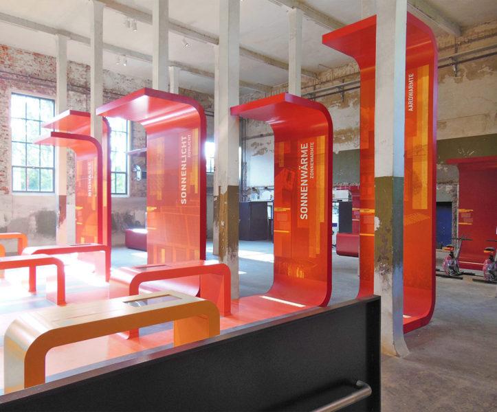 Präsentationsmöbel in einem Museum, Oberflächen alle deckend lackiert