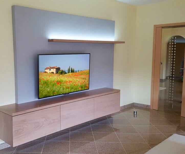 Hängendes TV + Hifi Möbel mit indirekter Beleuchtung, griffloses Öffnen, Rückwand in Betonoptik